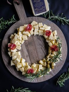 Christmas Cheese Platter Ideas - Create a Cheese Wreath to entertain guests during your holiday party! Christmas Cheese, Christmas Appetizers, Xmas Desserts, Meat And Cheese Tray, Cheese Platters, Parchment Paper Baking, Cocktails, Platter Ideas, Original Recipe