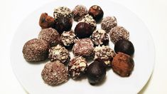 Recept na ořechové kuličky vám pomůže z Vánoc udělat konečně ty zdravé a paleo svátky. Tuhle dobrůtku si můžete udělat i během roku. Třeba hned. Thing 1, Paleo Baking, Whole 30, Dog Food Recipes, Almond, Low Carb, Xmas, Cookies, Chocolate