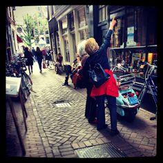 Op zoek naar de zegels van de #grachtencode in de binnenstad van #Amsterdam (foto van #Instagram)