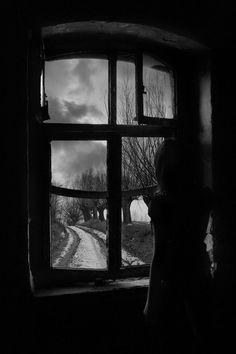 yelenabworld:  Ho centinaia di sogni appena sussurrati smessi dentro l'armadio.  Non posso nemmeno fare il cambio di stagione… loro non ce l'hanno una stagione.©[Yelena B.]
