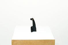 Cícero Alves dos Santos - Véio | Põe mesa, 2014 | Tinta acrílica e madeira | 11 x 5,5 x 3,5 cm