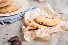 Co zrobić, żeby kruche ciastka nie traciły na jakości i zachowały swój smak, kruchość, a także nie chłonęły wilgoci? Przechowuj je w metalowej puszce lub innym, szczelnym naczyniu. Dzięki temu będziesz mogła przechowywać je znacznie dłużej bez obawy, że stracą swój smak! #mistrzowiewypiekow #wypieki #ciastka #cakes #cake #czekolada #diy #pieczenie #kuchenne #porady