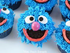 Guess who? It& GROVER! This is on my Sesame Street Adventure! Grover is super easy to make! Here is what you need: Cupcakes white and . Sesame Street Cupcakes, Sesame Street Cake, Sesame Street Birthday, Cute Cupcakes, Cupcake Cookies, Cupcakes Fall, Cupcake Wars, Cakepops, Blue Icing
