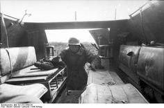 Bundesarchiv Bild 101I-701-0380-34, Russland-Nord, Schützenpanzer, Innen.jpg