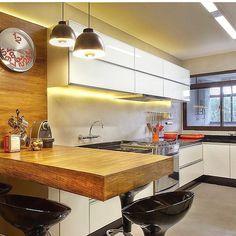 Detalhes em madeira para quebrar o branco!!Top !!! By @liliancatharino_arquitetura #arquitetura #archdesign #archlovers #archdecor #arquiteturadeinteriores #ambiente #homedecor #homestyle #decor #home #homedesign #style #interiores #kitchen #cozinha #instahome #instadecor #instadesign #interiordesign #detalhes #produção #decoreseuestilo #designdecor #decorando #decoraçãodeinteriores #iluminação#decoration #designdeinteriores #decorhome #decordesign