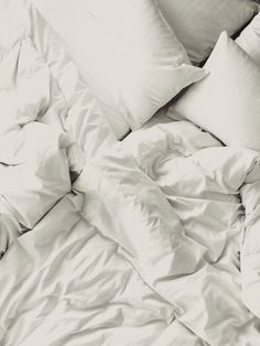 The kind of sleep you have is determined by the type of bed sheets and mattress you choose. Maintaining… The post How to Choose the Best Bed Sheets: A Brief Guide appeared first on Broke and Chic. White Pillows, White Bedding, Bed Pillows, Bed Linens, Table Linens, Duvet Bedding, Bedding Sets, Boho Bedding, King Comforter