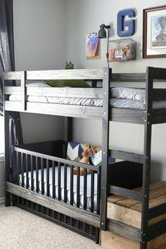 lit enfant sureleve en bois foncé, chambre d'enfant intérieur