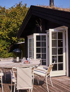 Idyllisk sommerhus tæt på vandet   Femina Lake Cottage, Outdoor Furniture Sets, Outdoor Decor, Exterior Paint, Interior Styling, Modern Farmhouse, Tiny House, Beach House, Outdoor Living