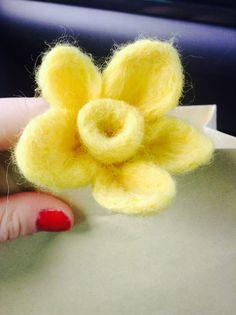 Needle felted Daffodil #needlefelting #felting #needle #daffodil #felted # needlecraft #craft