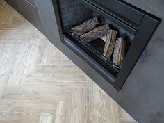 Visgraat houtlook tegels in keramisch parket. Visgraat tegels geeft de ruimte een luxe uitstraling. Deze vorm tegelvloer is enorm populair.  En wij snappen dat wel! Kies eens voor wat anders, kies voor keramische plavuizen in houtlook. Ook mooi om als badkamertegel te gebruiken of als tegelvloer woonkamer. Klik op de link voor meer inspiratie of kom langs in onze showroom, 500 m2 midden van NL. #houtlook tegels badkamer # visgraat tegels #visgraat tegelvloer