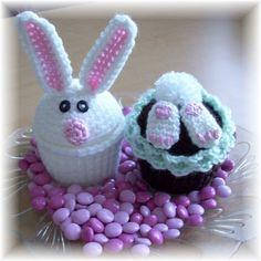 Zwei süße Ostern-Muffins mit leckeren Ostereiern tanken. Kinder lieben sie... verdammt, so werden auch die Erwachsenen. Füllen Sie sie mit
