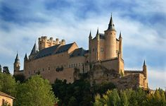Alcázar in Segovia, Spain (in my opinion, one of the most beautiful castles in the world) Beautiful Castles, Beautiful Places, Wonderful Places, Famous Castles, Disney Magic Kingdom, Fairytale Castle, Europe, Bangkok, Travel Channel