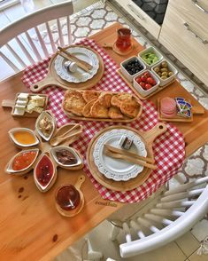 Romantic dining table – Home Decorating Breakfast Table Setting, Breakfast Cafe, Turkish Breakfast, Breakfast Buffet, Breakfast Presentation, Food Presentation, Iftar, Brunch Mesa, Catering