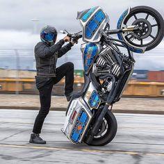 Siinä on vähän isompata heppaa takajaloillaan! #chopper #HarleyDavidson #wheelie #motorcycling #moottoripyöräily