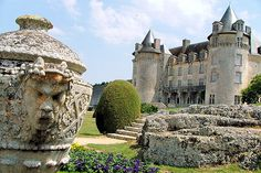 """Château de la Roche-Courbon, entre Saintes et Rochefort, situé à Saint-Porchaire. Véritable """" château de la Belle au bois dormant """" comme le surnommait  Pierre Loti, classé monument historique."""