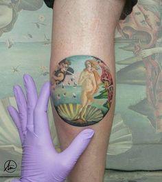 """E-NA-MO-RA-DA me encuentro de este microrealismo basado en el famoso cuadro """"El nacimiento de Venus"""" de Boticelli. Mi cliente se ha recorrido 14h de bus para venir a hacérselo y hoy, después de 4h de tatuaje, se ha vuelto a tragar otras 14h de subida hasta San Sebastián... puf, no tengo palabras para eso... MIL MILLONES DE GRACIAS!!! ❤❤❤ Artista Tatuador: Andrea Morales"""