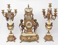 Terno (garniture) europeu para lareira constando de relógio em bronze dourado com aplicações em márm