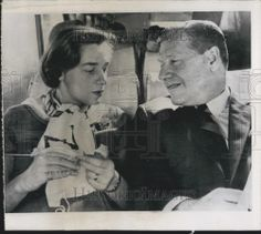 1964 Press Photo Gov. Nelson Rockefeller with his wife busy knitting in the bus.