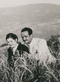 Gabriella e Vincenzo.  Vincenzo Cipriani war selbstständiger Tapezierer mit einer eigenen Firma. Lucia Nadia hat noch 12 weitere Geschwistern. Couple Photos, Couples, Siblings, Couple Shots, Couple Pics, Couple Photography, Romantic Couples, Couple