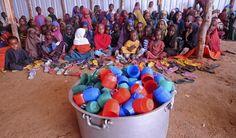 Somalische Flüchtlingskinder warten am 6. April 2017auf die Zuteilung von Nahrungsmitteln in einem Hilfslager außerhalb von Mogadischu. Hunderte von Neuankömmlingen, überwiegend aus den von Hitze und Dürre betroffenen südlichenLandesregionen, leiden an Mangelernährung und suchen in Mogadischu nach Hilfe, wie die Vereinten Nationen in ihrem Bericht vom 17. Februar erklären. (AFP / ;Mohamed Abdiwahab)