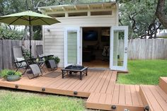 San Antonio, Texas, is home to organizer Vanessa Hayes -- as well as the newly-built backyard office shed she now shares with her husband Dan, a technology/marketing/media consultant Backyard Office, Outdoor Office, Backyard Studio, Backyard Sheds, Backyard Retreat, Outdoor Living, Backyard Cabana, Apartment Backyard, Backyard House