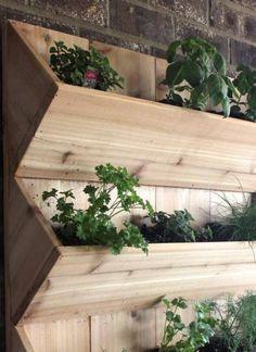 bac à fleurs en bois DIY - réaliser un jardin vertical pour les herbes aromatiques
