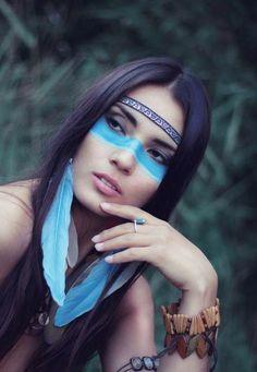 maquillage indienne femme, plumes bleues acrochées aux cheveux