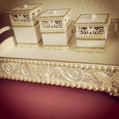 #bandejaemperolas #bebe #baby #quartodobebe #mamaecoruja #maedemenina #quartodemenina # Box Creative, Dry Fruit Box, Bling Bathroom, Decoupage, Pearl Crafts, Trousseau Packing, Kit Bebe, Fabric Boxes, Baby Kit