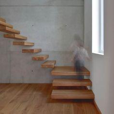 Einfamilienhaus - Plusenergiehaus   b+c - (Freitragende Holztreppe in Sichtbetonwand)