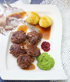 Hei! I dag har jeg en norsk klassiker til dere, nemlig kjøttkaker i brun saus med poteter og ertemos – nam!   Kjøttkaker i brun saus 2016-12-06 11:19:40 Porsjoner : 4         Skrive en omtale  Lagre o
