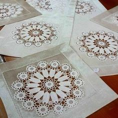 This Pin was discovered by HUZ Crochet Motifs, Thread Crochet, Filet Crochet, Crochet Doilies, Crochet Flowers, Crochet Patterns, Yarn Crafts, Diy And Crafts, Tricot D'art