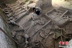 A group of tombs dating back to the Spring and Autumn period (771-476 BC) has been discovered in central China's Henan Province, archaeologists said on Sunday.