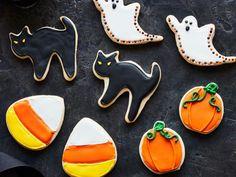 Get Halloween Sugar Cookies Recipe from Food Network Halloween Sugar Cookies, Halloween Cookie Cutters, Halloween Season, Halloween Party, Halloween Treats, Easy Halloween Food, Fall Treats, Flood Icing