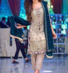 Trajes Pakistani, Pakistani Formal Dresses, Pakistani Fashion Party Wear, Pakistani Wedding Outfits, Nikkah Dress, Indian Outfits, Indian Fashion, Shadi Dresses, Red Lehenga