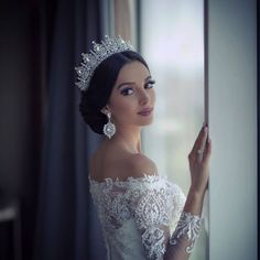 If you want to look flawless on this special day you have dreamed of for years, you should search the bridal hairstyles thoroughly and choose the most suitable bridal head hairstyle for you. Wedding Headband, Bridal Crown, Bridal Tiara, Wedding Looks, Wedding Bride, Luxury Wedding, Dream Wedding Dresses, Bridal Dresses, Crystal Wedding Dresses