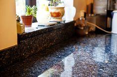 Granit Fensterbänke geben einem leeren Raum den ersten Schmuck. Das Material ist feuchteunempfindlich und schlagfest gegenüber haushaltsüblichen Beanspruchungen und dabei ist regelmäßige Pflege vorausgesetzt.   http://www.granit-deutschland.net/granit-fensterbanke