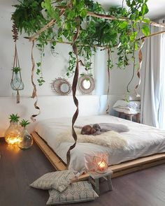 Urban Jungle Room with pallet bed. Urban Jungle Room with palle Bohemian Bedroom Decor, Bohemian Style Bedrooms, Decor Room, Aesthetic Rooms, Boho Aesthetic, Home Bedroom, Bedroom Ideas, Modern Bedroom, Bedroom Furniture