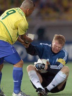 Copa de 2002 - Ronaldo levanta o goleiro alemão Oliver Kahn na final do Mundial de 2002