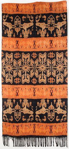 Sumba ikat (hinggi kombu), East Sumba. Tribal Patterns, Textile Patterns, Cool Patterns, Textile Design, Textile Art, African Art Projects, E Textiles, Indonesian Art, Paper Weaving