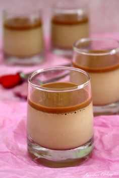 Panna Cotta aux Carambar © Read More… Recipe Created by Mini Desserts, Lemon Desserts, Delicious Desserts, Mousse Dessert, Panna Cotta, Cheesecake Recipes, Dessert Recipes, Dessert Thermomix, High Protein Vegetarian Recipes