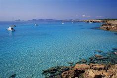 El infinito azul se materializa en Cala Saura, Formentera - Las 50 mejores playas de España que merecen una escapada