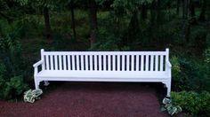 Классическая деревянная скамья для сада.