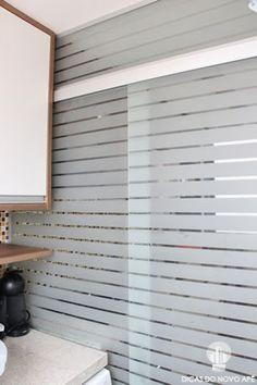 Dicas do Novo Apê: porta jateada tipo persiana para separar a cozinha da área de serviço Modern Balcony, New Beds, Closet Organization, Sliding Doors, Home Projects, Decoration, Diy Furniture, Small Spaces, Sweet Home
