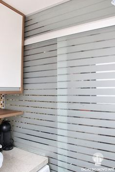 Dicas do Novo Apê: porta jateada tipo persiana para separar a cozinha da área de serviço