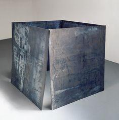 """Richard Serra prende 4 lastre pesantissime di piombo costruisce la """"Card House"""" nel 1969. è un esempio di minimal art. il principio costruttivo della casa fatta di carte è abbinato a un materiale pesante e porta il gioco domestico nel paesaggio."""
