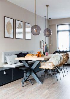 Houten eettafel met stalen poten en rotan stoelen bij Kylie en Jelmer uit aflevering 7, seizoen 3 | Make-over door Leonie Mooren | Fotografie Barbara Kieboom