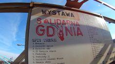 """SKM Gdynia Stocznia. Wystawa """"Solidarna Gdynia""""."""