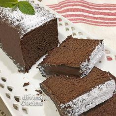 Esta receta de Pound Cake de chocolate es la tradicional de este dulce clásico pero con la aportación del cacao. En la foto hemos cubierto con una ganache de chocolate.