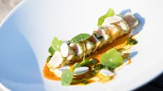 Tataki de marlin bleu, chimichurri de capucines, purée de gourganes, labneh épicé, réduction de carotte au piment d'Alep, amandes…