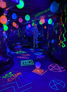 Tips for throwing the scarriest haunted halloween party in town! #hauntedcarnival #carnevil #halloweenparty #blacklight #creepyclowns 13th Birthday Parties, Birthday Party For Teens, Birthday Party Themes, Neon Party Themes, Glow In Dark Party, Glow Stick Party, Glow Party Decorations, Silvester Party, Disco Party